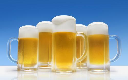 Bere birra fa bene al cuore e alle ossa