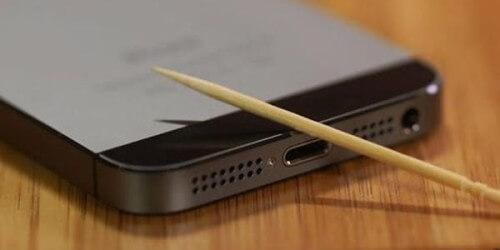 Smartphone che non si accende più? Provate con lo stecchino