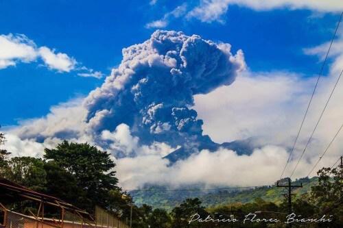 Imponente eruzione del vulcano Turrialba, Costa Rica, la più forte dal 1996