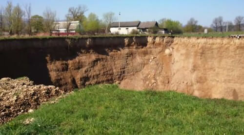Gigantesco cratere si apre in Ucraina, popolazione locale nel panico, il video