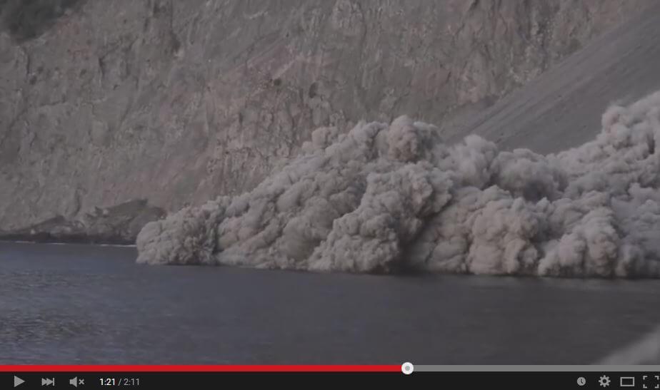 Eruzione vulcano Batu Tara, raro flusso piroclastico in mare