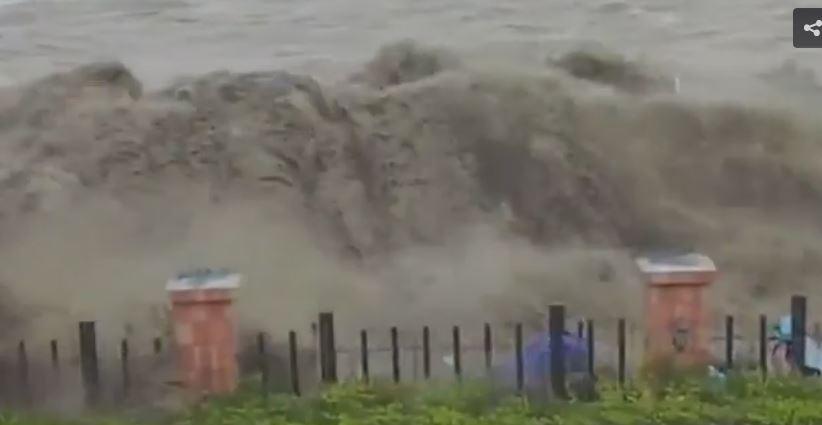 Onda anomala in Cina: colpito il litorale, motorini trascinati via