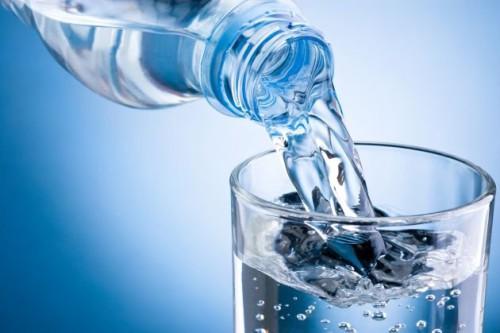 Bere mezzo litro d'acqua prima di mangiare come metodo dimagrante