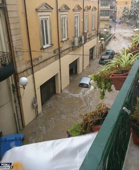 Alluvione Sicilia, auto trascinate in mare a Giardini di Naxos, situazione difficile