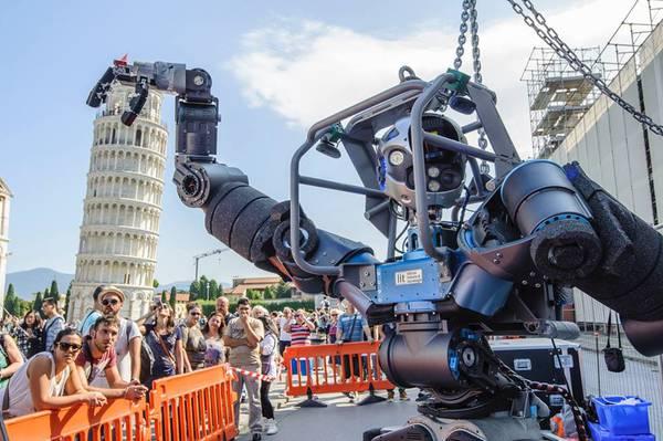 Walkman, il robot adulto ospite davanti alla Torre di Pisa