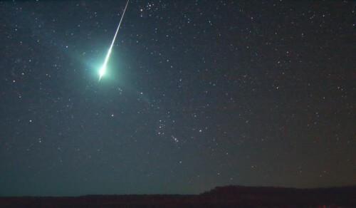 Scia luminosa sorvola i cieli della Spagna, spettacolare filmato