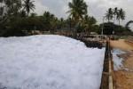 India: un lago pieno di schiuma altamente infiammabile