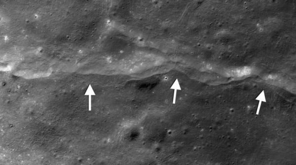 Luna, le spaccature sulla superficie provocate dalla gravità terrestre