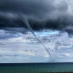 Tromba marina Termini Imerese, spettacolare vortice poco fa, il video