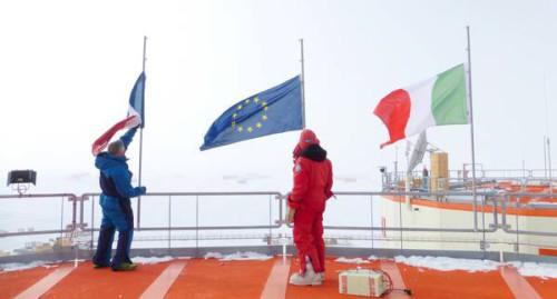 In Antartide bandiere a mezz'asta per le vittime degli attacchi terroristici di Parigi