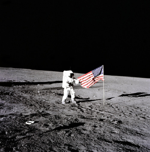 Era  il 19 novembre del 1969 quando l'Apollo 12 arrivò sulla Luna: di nuovo l'uomo poté calpestare il suolo lunare