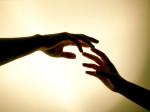 Toccare una persona: è considerata una forma di persuasione