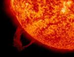 Eruzione solare, avvistato un filamento circolare nell'atmosfera del Sole