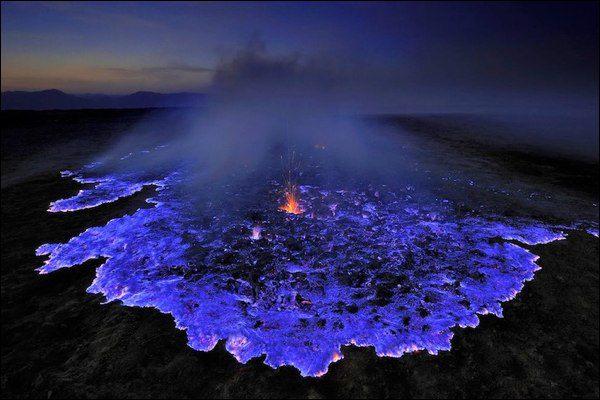 Indonesia, l'eruzione blu del vulcano Kawah Ijen