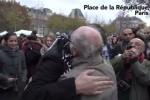 Musulmano bendato offre abbracci a Parigi