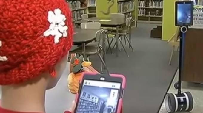 Un robot segue le lezioni per Peyton, bambina malata di cancro