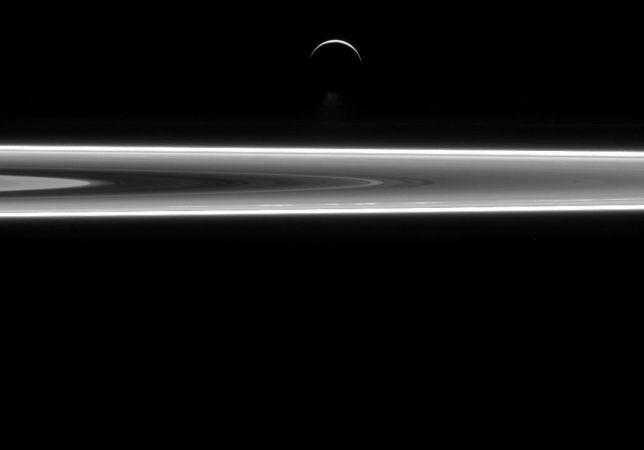 Encelado e gli anelli di Saturno insieme in una foto