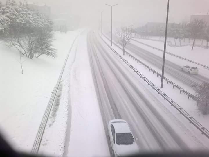 Neve a Istanbul, fino a 20 centimetri in città e siamo solo a metà, cancellati centinaia di voli