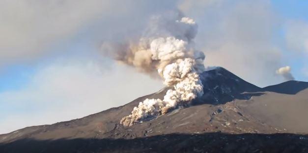 Etna in eruzione, spettacolare colata piroclastica dal pit crater, il nuovo cratere