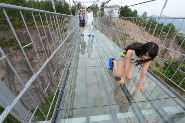 Cina, costruito ponte trasparente da brividi  a 180 metri d'altezza