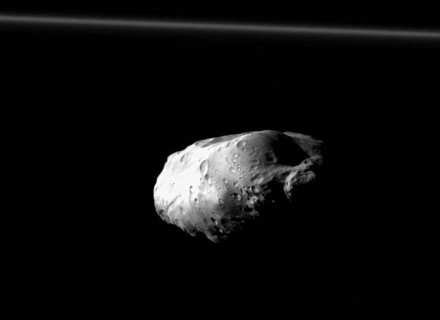 Cassini, la foto di Prometeo: la piccola luna di Saturno