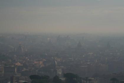 Inquinamento e polveri sottili, lo smog rende l'aria irrespirabile e nauseabonda in molte zone