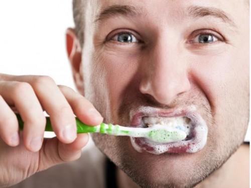 Salute, lavarsi i denti aiuta a prevenire l'ictus