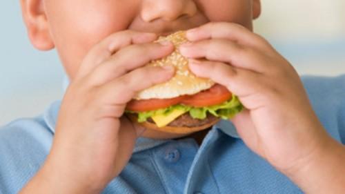 Record di obesità tra i bambini italiani: zuccheri e tv tra le cause