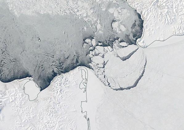Iceberg dalle enormi dimensioni si stacca dalla calotta artica