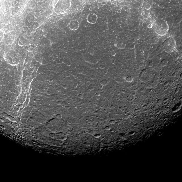 Dione: la foto ravvicinata della piccola luna di Saturno