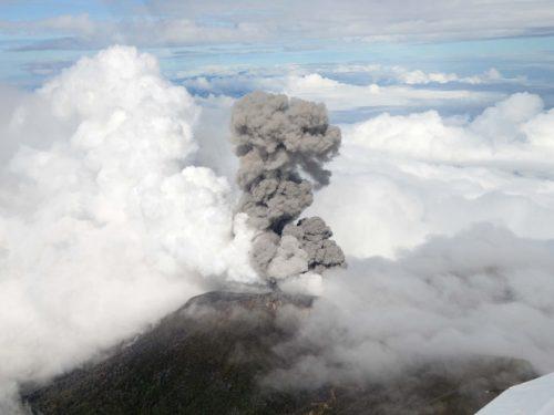 Meteora avvistata sopra un vulcano in eruzione: il video
