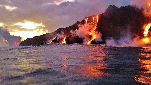 Eruzione nelle Hawaii: le immagini della lava che si getta nell'oceano
