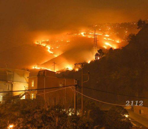 Genova: spaventoso incendio minaccia la città, famiglie sfollate