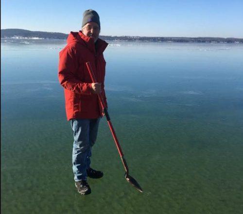 Uomo cammina sulle acque negli Usa: gli effetti del ghiaccio nero