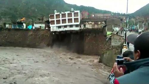 Perù: hotel crolla in un fiume, l'evento ripreso dalle telecamere