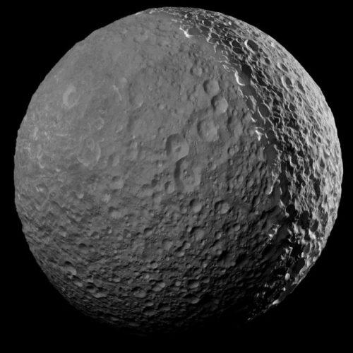Mimas, la spettacolare foto del satellite di Saturno