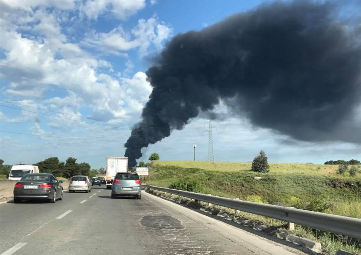 Pomezia: si riaccende l'incendio, nuova nube nera