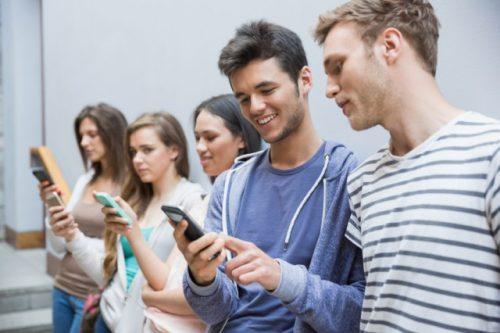Gli smartphone peggiorano capacità cognitiva anche da spenti