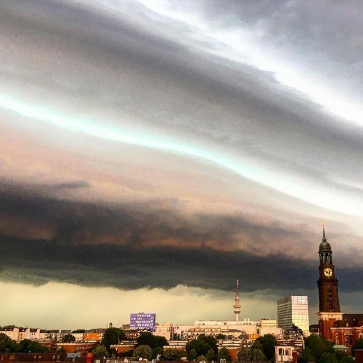 Shelf cloud spaventosa ad Amburgo ora, le foto in tempo reale