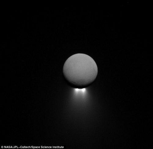 Encelado: i geyser ripresi in un incredibile scatto di Cassini