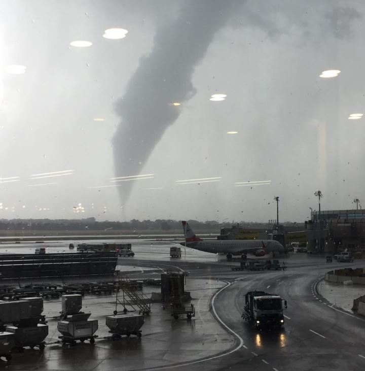 Tornado Vienna, enorme vortice avvistato poco fa