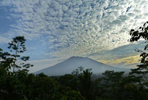 Bali, allerta per rischio eruzione del vulcano Agung: evacuate 34mila persone