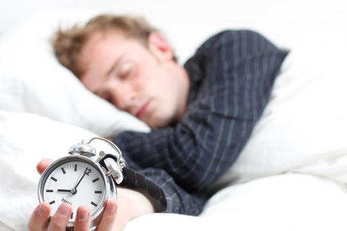 Dormire meno di otto ore è pericoloso: i rischi secondo una ricerca
