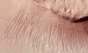 Acqua su Marte? No, flussi di sabbia. Una ricerca smentisce la NASA