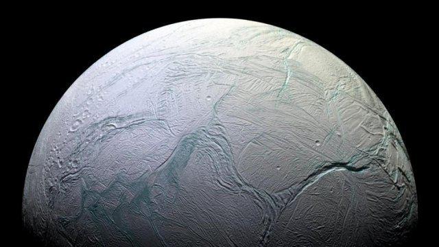 Encelado: scoperta l'origine del misterioso riscaldamento interno