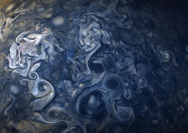 Le nubi blu di Giove nel nuovo spettacolare scatto di JUNO