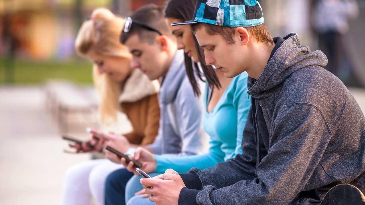 Teenager: con lo smartphone aumento record dei suicidi