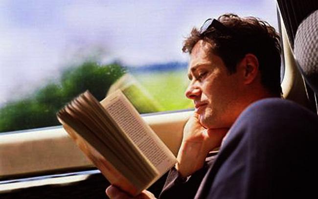 Perchè leggere in auto provoca mal di stomaco?