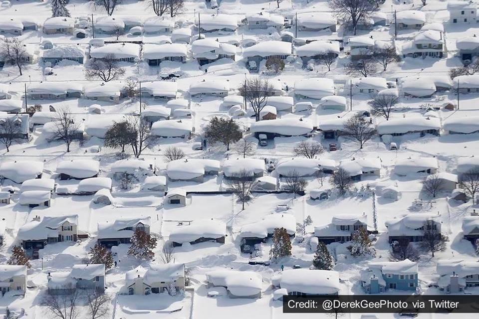 Bufera a Buffalo: non smette più di nevicare, la città va per i 3 metri di accumulo