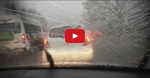 Grandine da Otto centimetri a Brisbane: tremendo filmato all'interno di un auto
